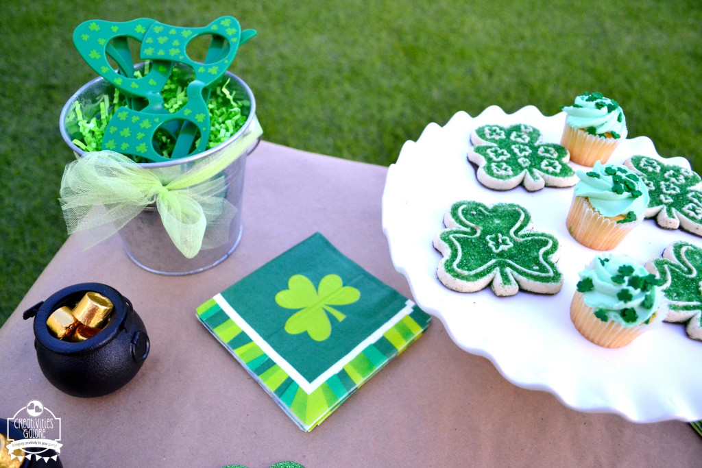 This St. Patrick's Day Table is perfect to set up at your child's next play date. From party favors to desserts it's sure to be a hit with your guests