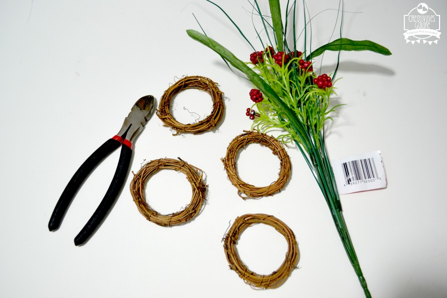 This DIY Christmas wreath place card took me less than 15 minutes to complete. Such a quick and easy craft that's perfect for your Christmas table.